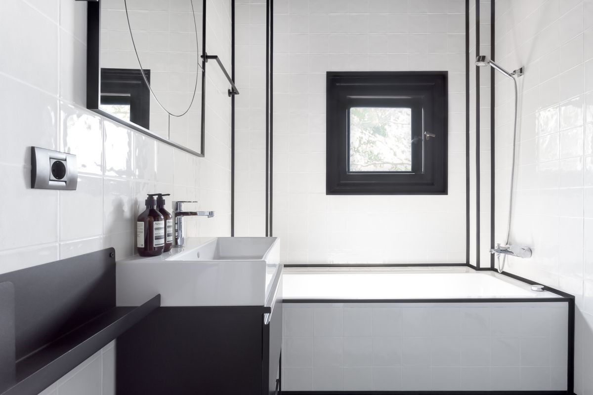 The bathroom is not exactly spacious so a minimalist, black and white decor was the choice in this case