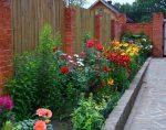 Цветы во дворе – Клумбы во дворе частного дома: фото оригинальных идей